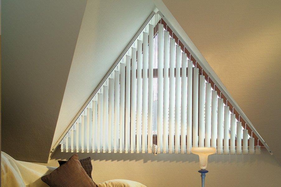 Lamellenvorhang eleganter sonnenschutz dolenz gollner - Rollo fur dreiecksfenster ...
